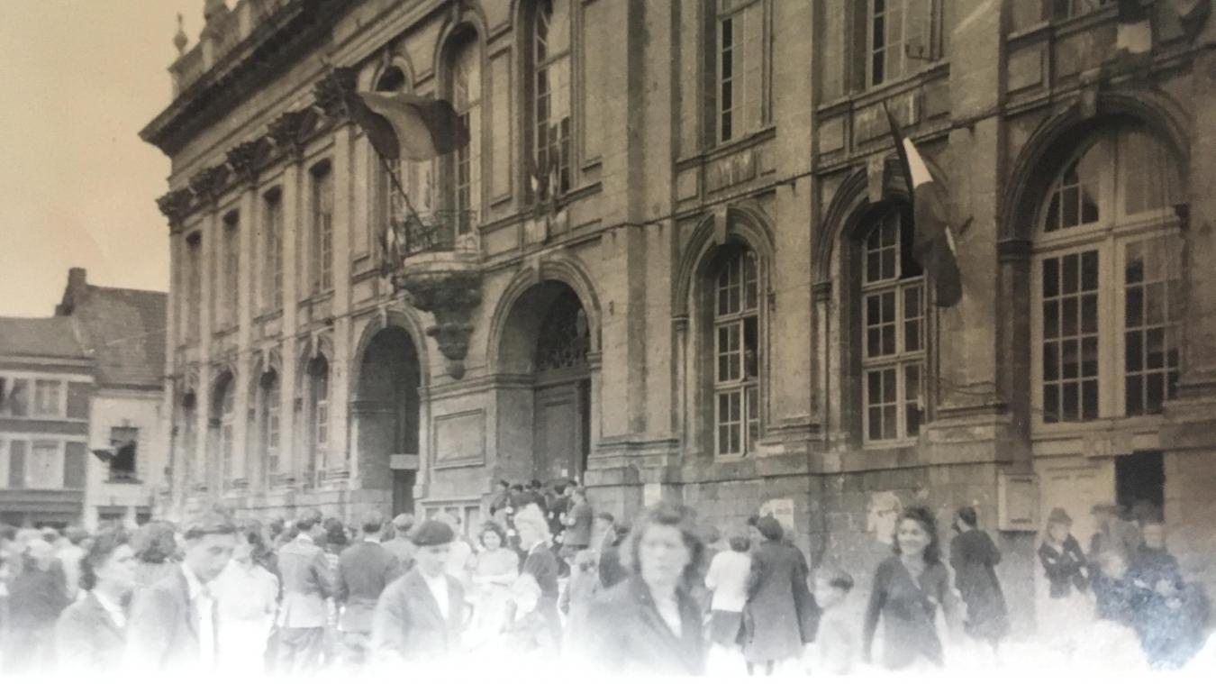 Sur la Grand-Place, le jour de la Libération, le 5 septembre 1944, l'Airoise qui prend la photo évoque des scènes de « tontes » de