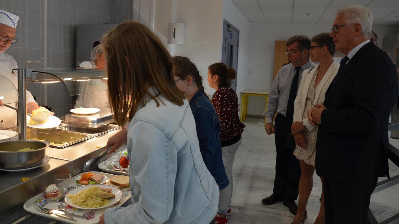 Après plusieurs mois de travaux, la cantine du collège Jaurès accueille ses premiers demi-pensionnaires. 500 repas y sont servis chaque jour.
