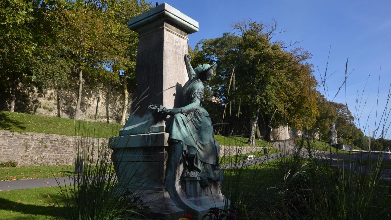 Le long des remparts, boulevard Prince-Albert, le buste de Duchenne manque toujours à sa matelote...