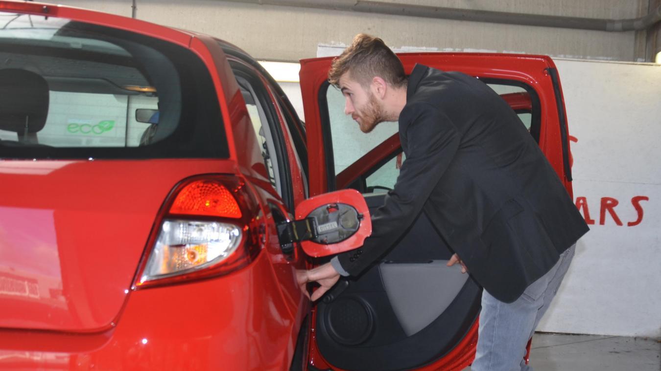 Le jeune homme revêt plusieurs costumes, de l'administratif au nettoyage des voitures, jusqu'au démarchage de nouveaux clients.