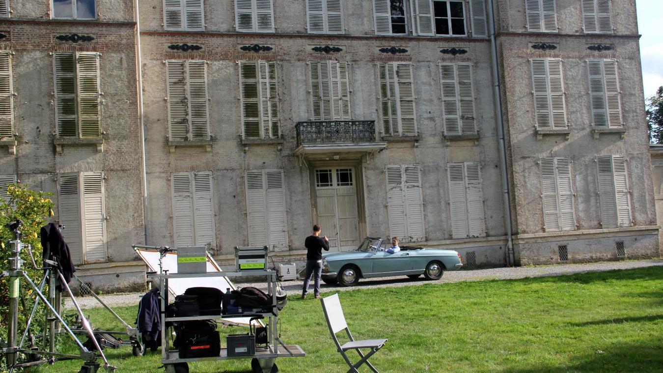 L'équipe en extérieur du château de l'Hamer Houck à Cassel. Il faut composer avec la lumière, la pluie, le vent. Les techniciens déploient des trésors de patience et se montrent attentifs au moindre détail.
