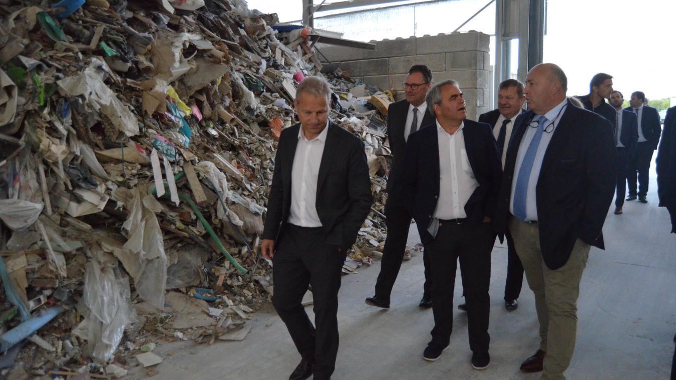 Xavier Bertrand, président de la Région Hauts-de-France, a été reçu sur le site Astradec d'Arques, vendredi, par Éric Bée (à sa droite), PDG d'Astradec Environnement, guidé par Clément Lelong, directeur.