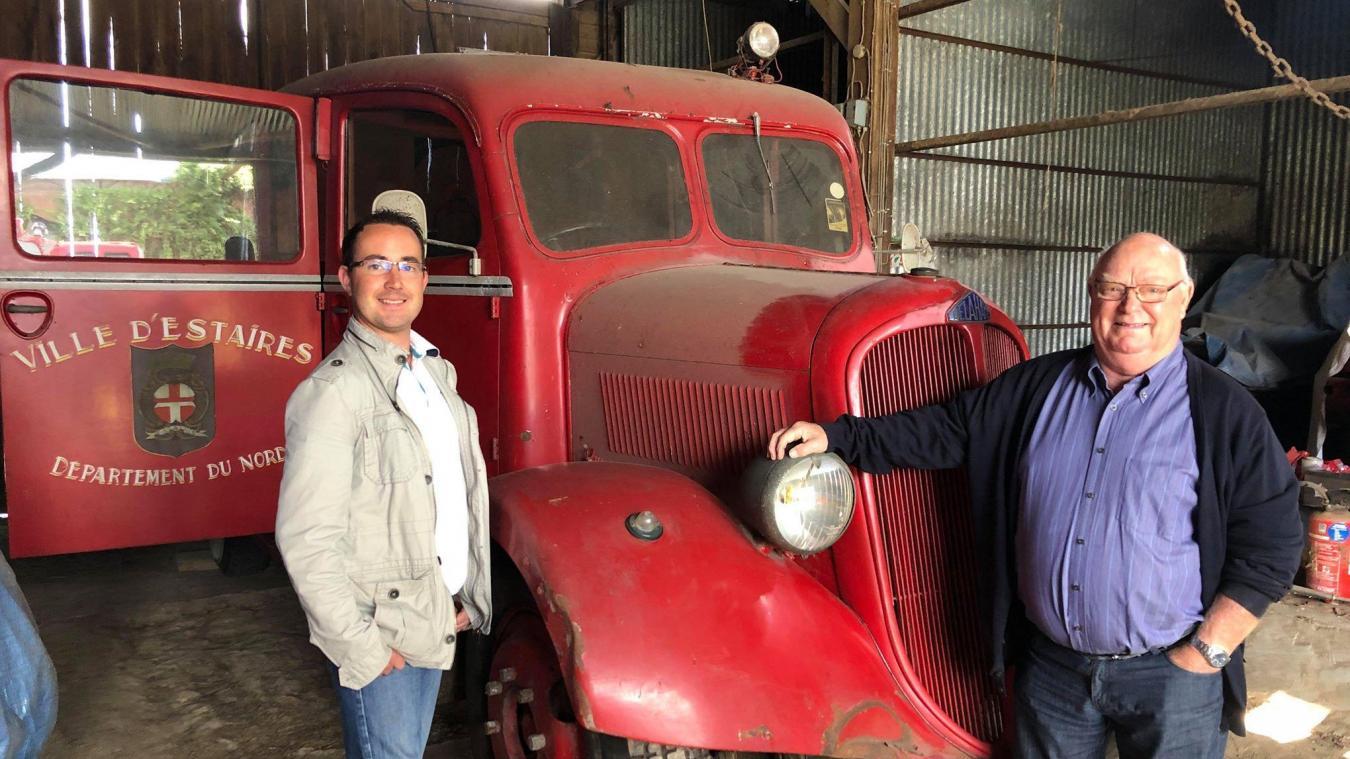 Dimitri Duquenne et Roger Dubruque devant le fameux camion de pompiers d'Estaires.