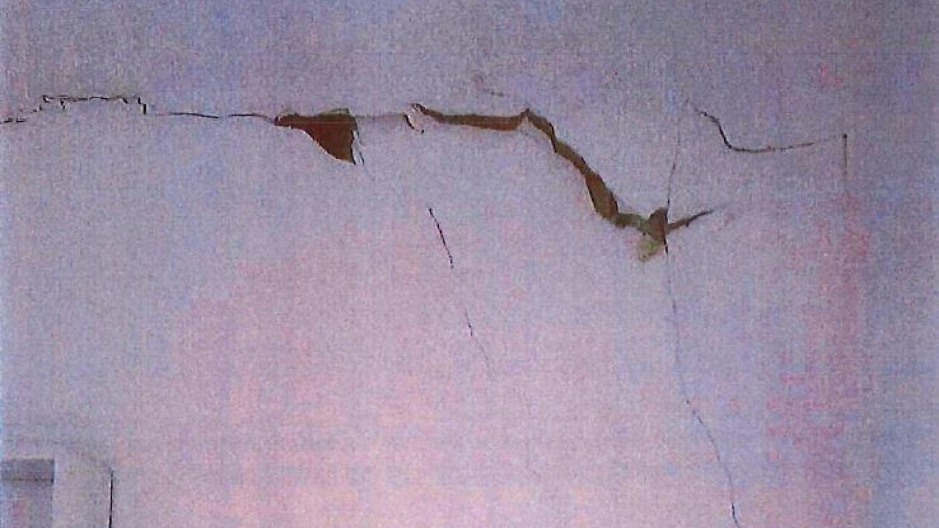 Parmi les logements touchés par ces mouvements de terrain, certains ont été très marqués par d'importantes fissures sur les murs.
