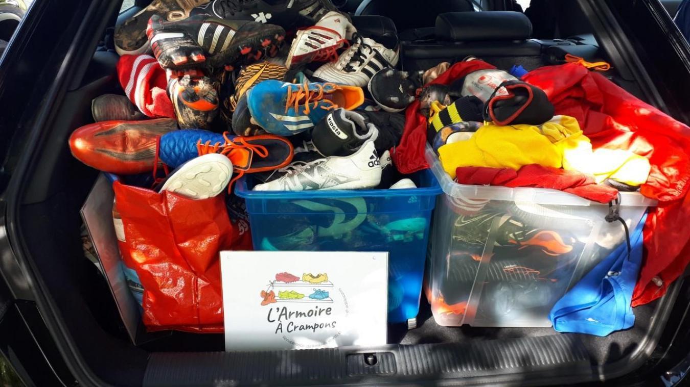 L'Armoire à Crampons récupère les crampons d'occasion pour les redistribuer aux enfants qui en ont besoin.