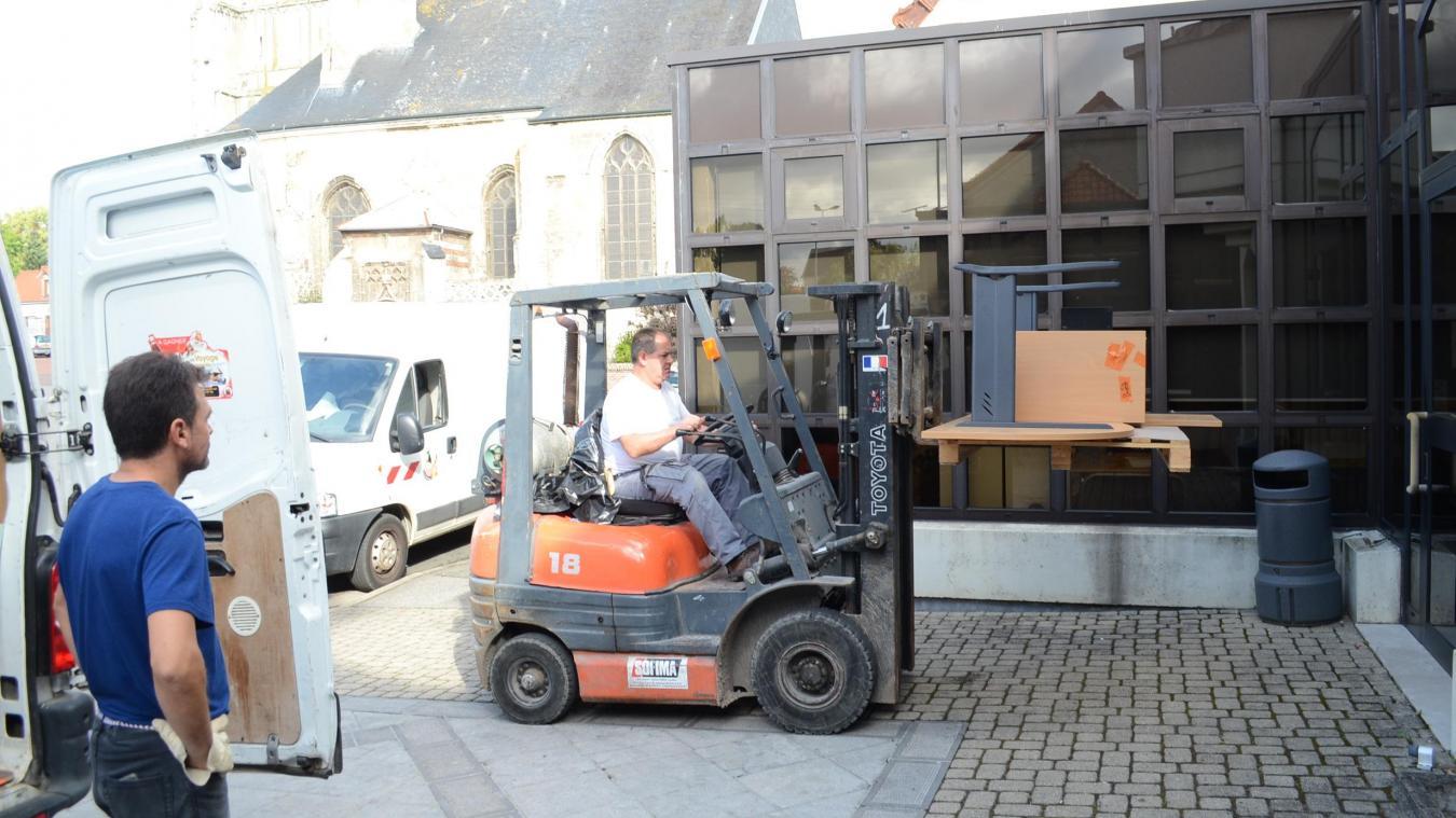 Une partie du mobilier située dans les étages de l'ancienne mairie a été descendue à l'aide d'un engin élévateur pour faciliter les opérations.
