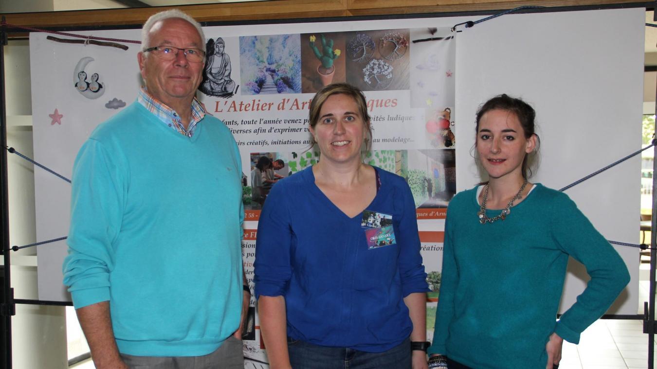 Francis Ampen, maire ; Julie Adjovi-Hauspie, conseillère municipale et présidente de OMS, et Alice Fleury, animatrice de L'atelier des arts plastiques.