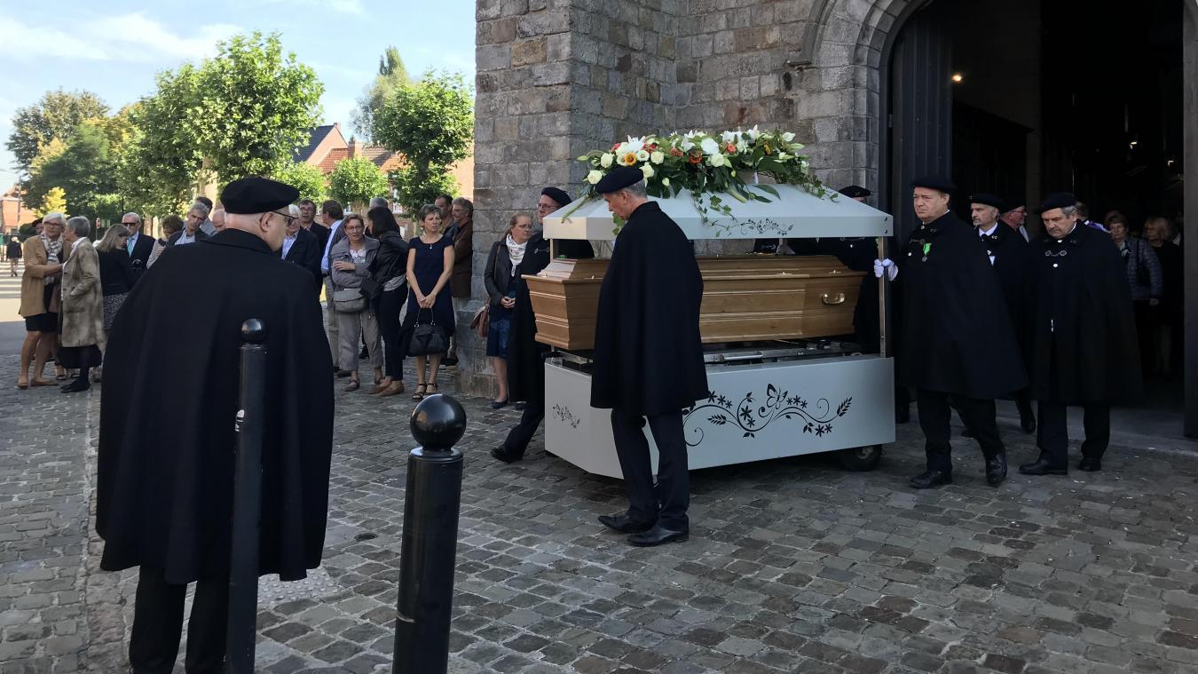 Philippe Roquette a été transporté dans un char jusqu'au cimetière par la Confrérie des Charitables Saint Eloi de Béthune.