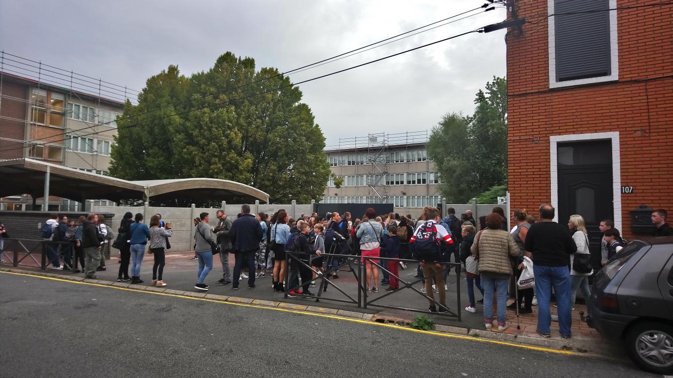 Élèves et parents ont été accueillis par l'équipe de direction du collège, lundi 16 septembre.