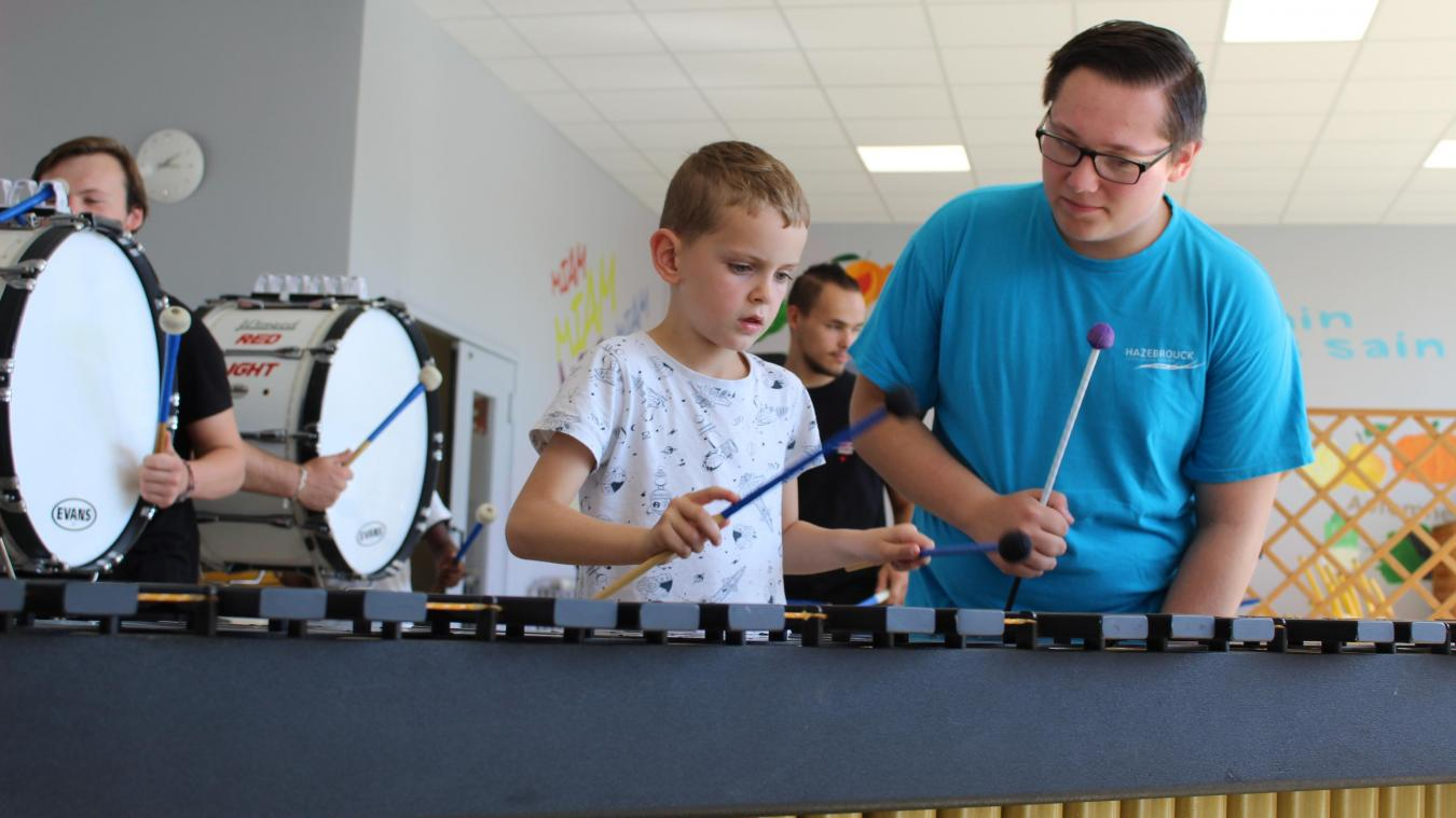 La musique, comme la danse, s'apprend vite et les jeunes enfants peuvent d'emblée suivre le rythme. L'école vient d'ouvrir ses portes à Hazebrouck.