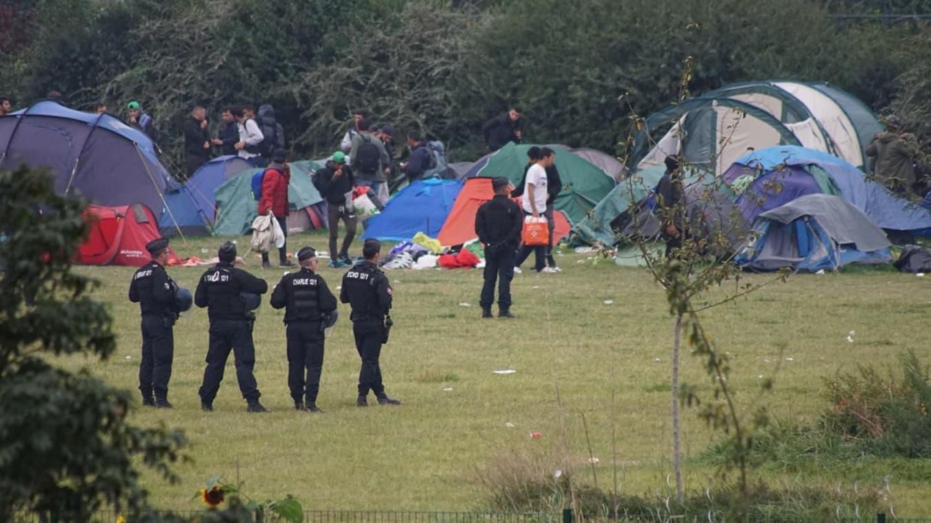 Dans le calme, les réfugiés prennent leurs affaires, plient leur tente et s'en vont dans les bus affrétés pour eux.