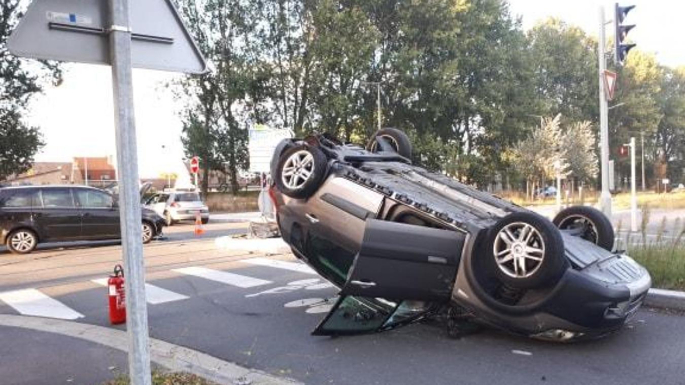 La voiture s'est retrouvée sur le toit à la suite de l'accident.