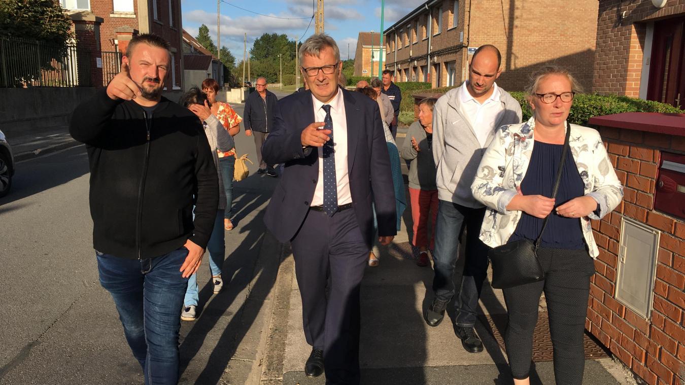 Le maire de Gravelines, Bertrand Ringot (au centre), explique aux habitants les difficultés pour réaliser de nouvelles constructions en ville.