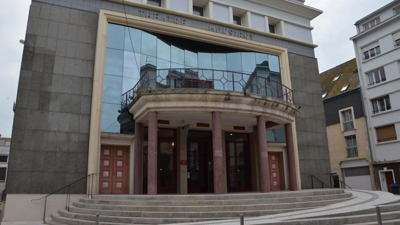 La rampe d'accès aménagée dans les marches du parvis, est classée « monument ». Le balcon, situé au-dessus, devrait bientôt s'ouvrir davantage au public.