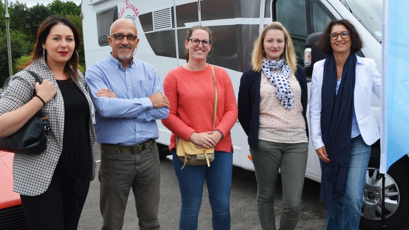 De gauche à droite  : Julie Deteve, Fabrice Février (accompagnateur CLAP), Juliette Saison, Charlotte Fusillier et Stéphanie Bordji-Herchin, directrice de la Misssion locale.