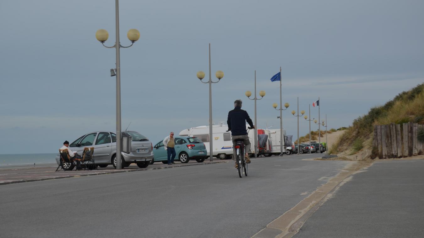 Le parking le long de la digue Europlage, qui va jusque les dunes, va bientôt disparaître.