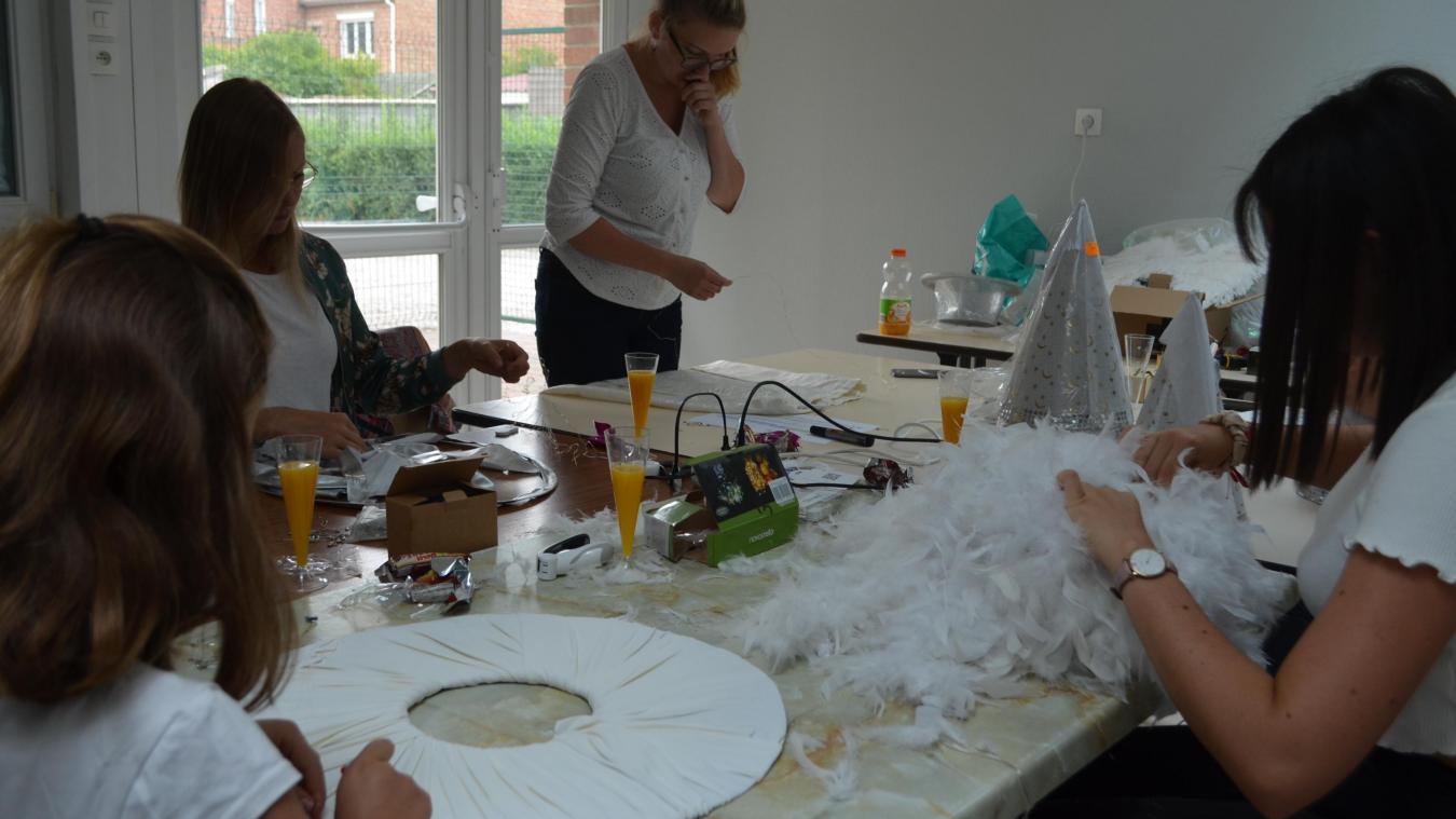Depuis cet été, les Sympathiques travaillent leurs tenues lumineuses. C'est pas moins de 100 costumes à confectionner.
