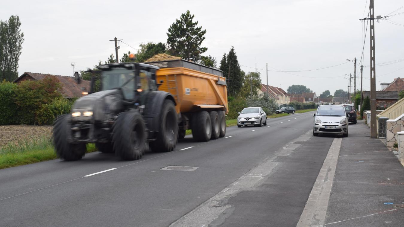 Des dizaines et des dizaines de tracteurs passent, route de Looberghe. Pour certains riverains, c'est un vacarme et des maisons qui vibrent au quotidien...