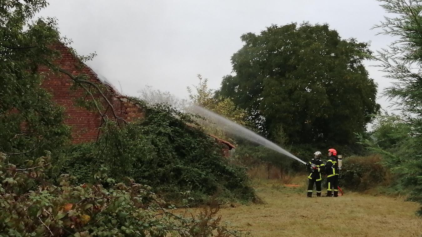 L'ancien étable à vache dans une ferme inhabitée a pris feu vers 18h10, à Haverskerque.