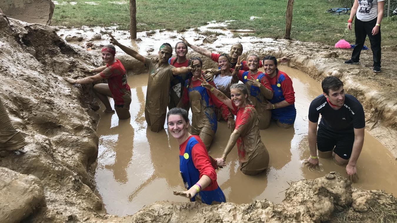 La majorité des participants était déguisée selon le thème choisi par leur équipe. Finalement, après le passage dans la boue, on ne reconnaissait plus personne.