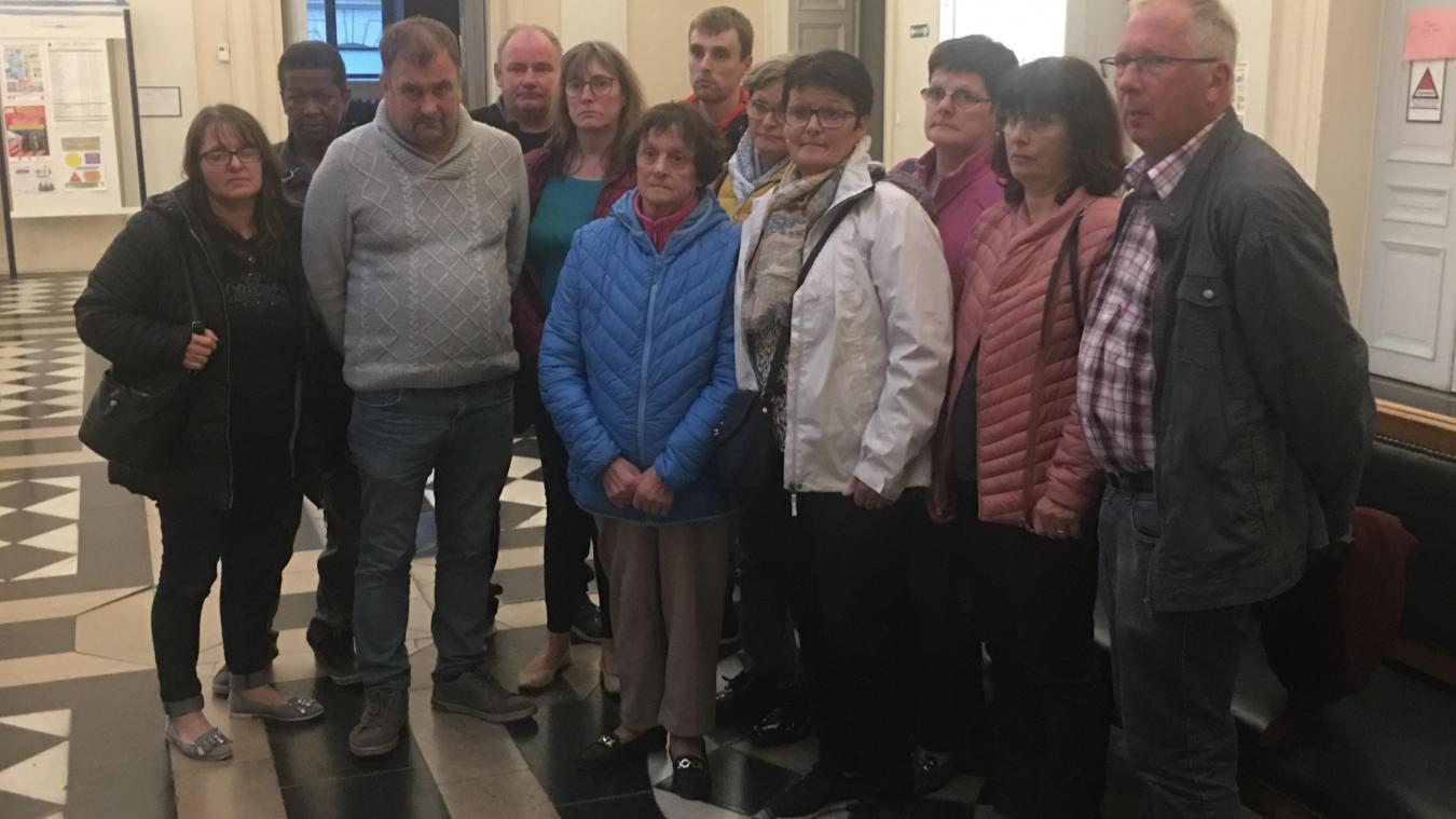 La famille de Romain Gambier à l'issue du verdict, qui a vu Allan Crepelle être condamné à 30 années de réclusion criminelle. Mickaël Quillet et Michel Gouverneur sont quant à eux condamnés à 12 et 10 années d'emprisonnement.