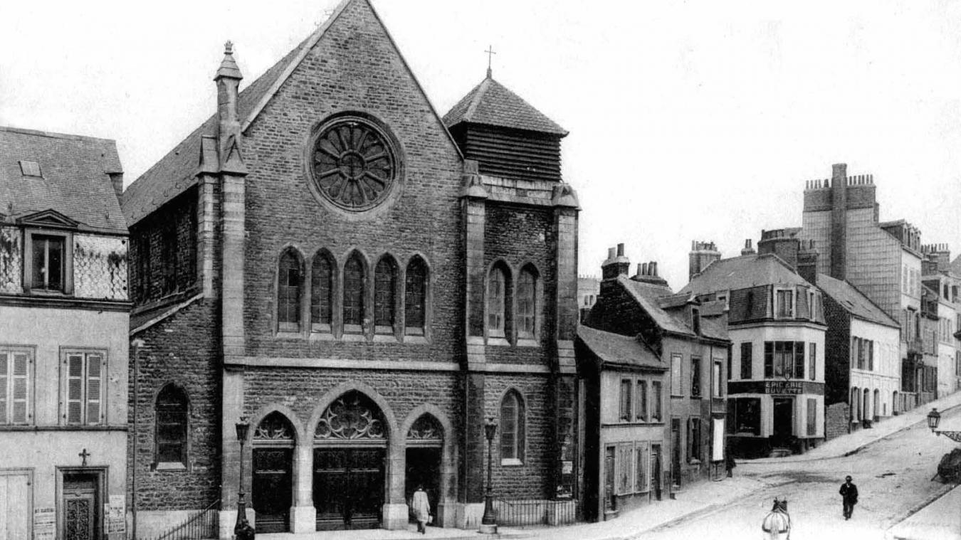 L'église Saint-Michel n'a reçu son clocher qu'au cours du XX e  siècle, en 1955 plus précisément.