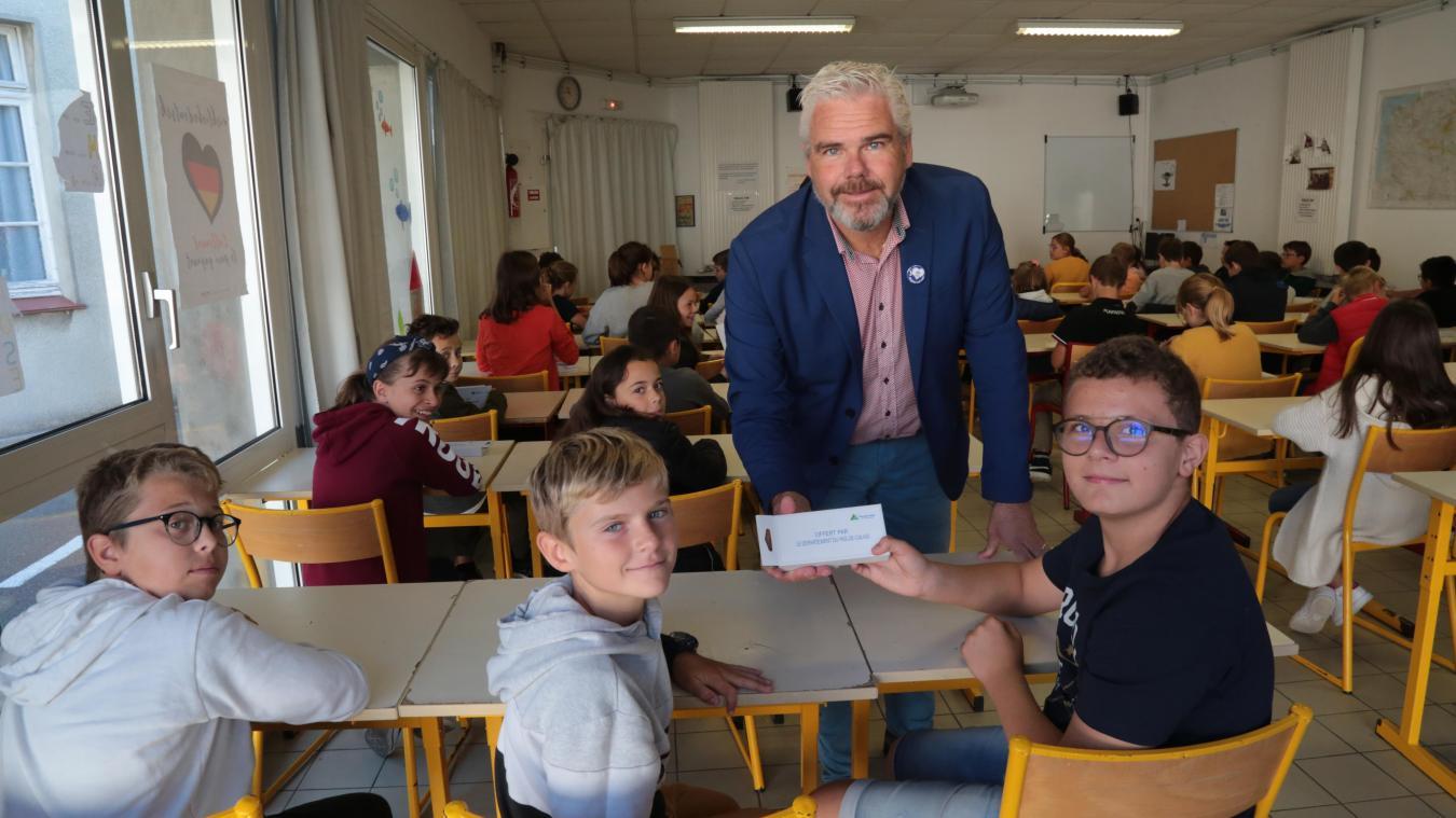 Vendredi dernier, Philippe Fait, conseiller départemental, a eu l'occasion d'offrir des calculatrices scientifiques aux élèves de 6e du collège Saint-Joseph.