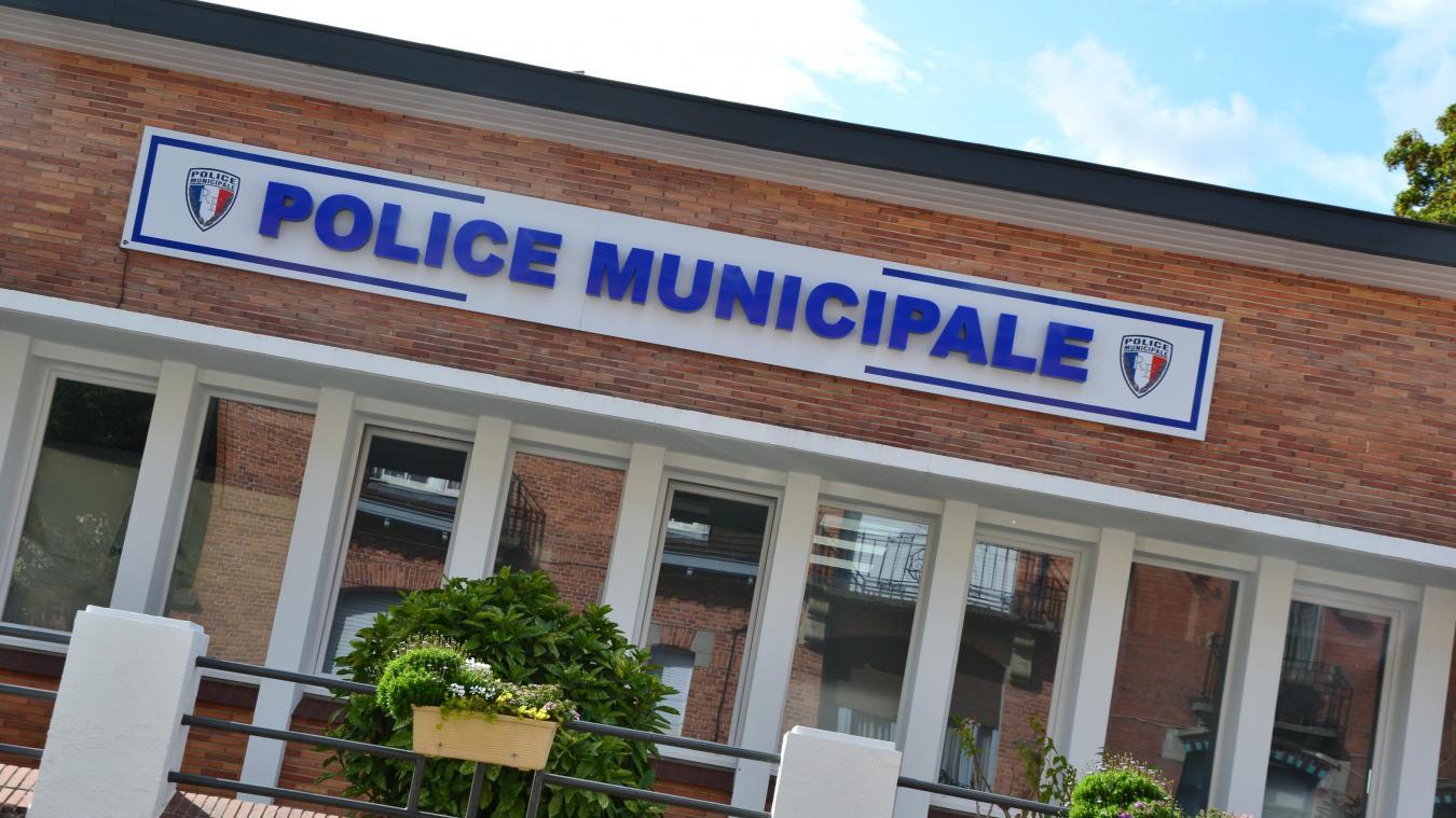 Un panneau lumineux orne la façade du bâtiment qui abrite la police municipale de Merville.