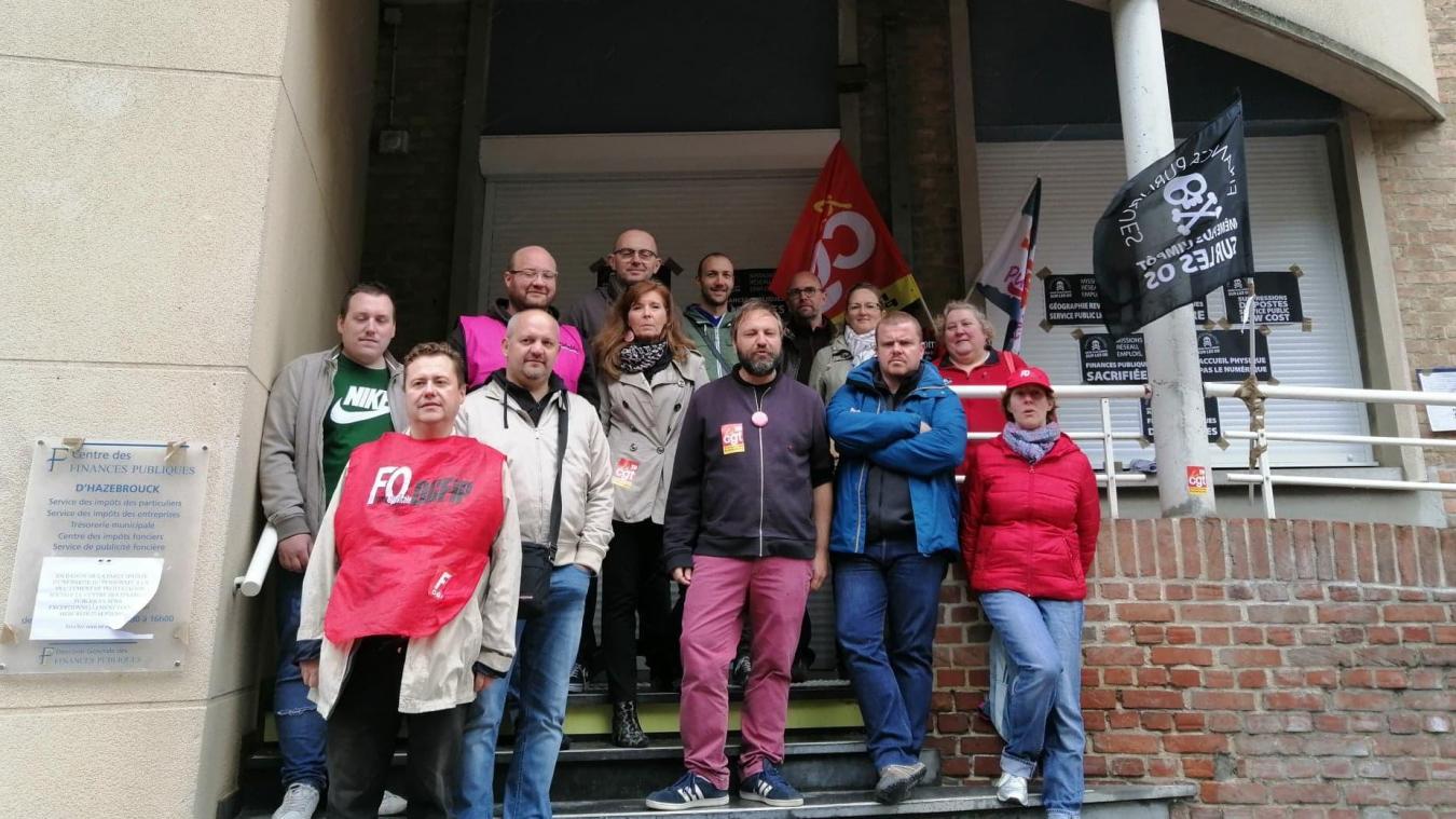 Plusieurs syndicalistes se sont réunis devant le centre des impôts d'Hazebrouck ce mercredi 25 septembre.