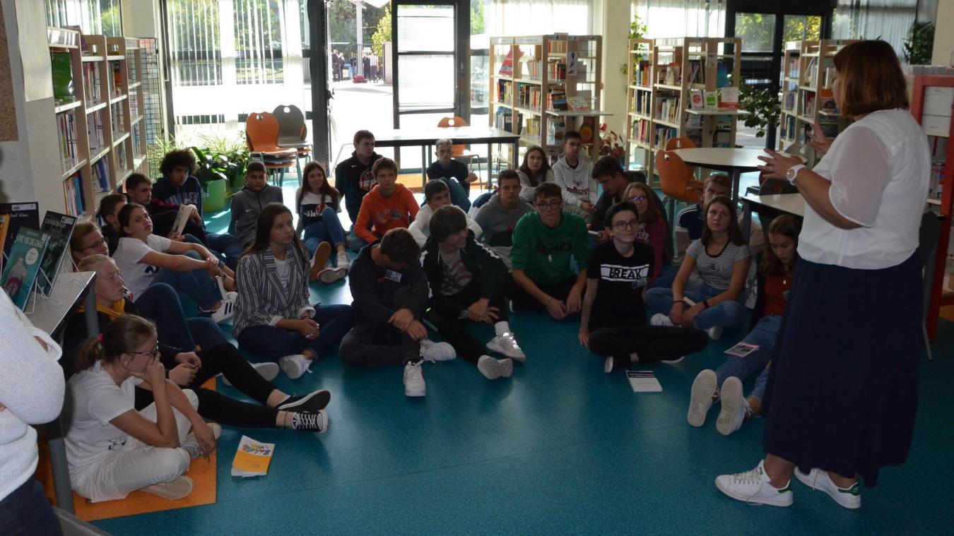 Une partie des élèves du lycée participant au projet, en plein travail de préparation pour le Goncourt, avec leurs professeurs.