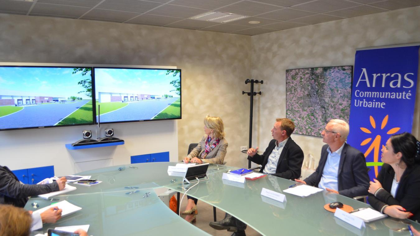 Robin Pontier, au centre, a présenté le futur bâtiment de 4 000m 2  dont la construction va débuter.