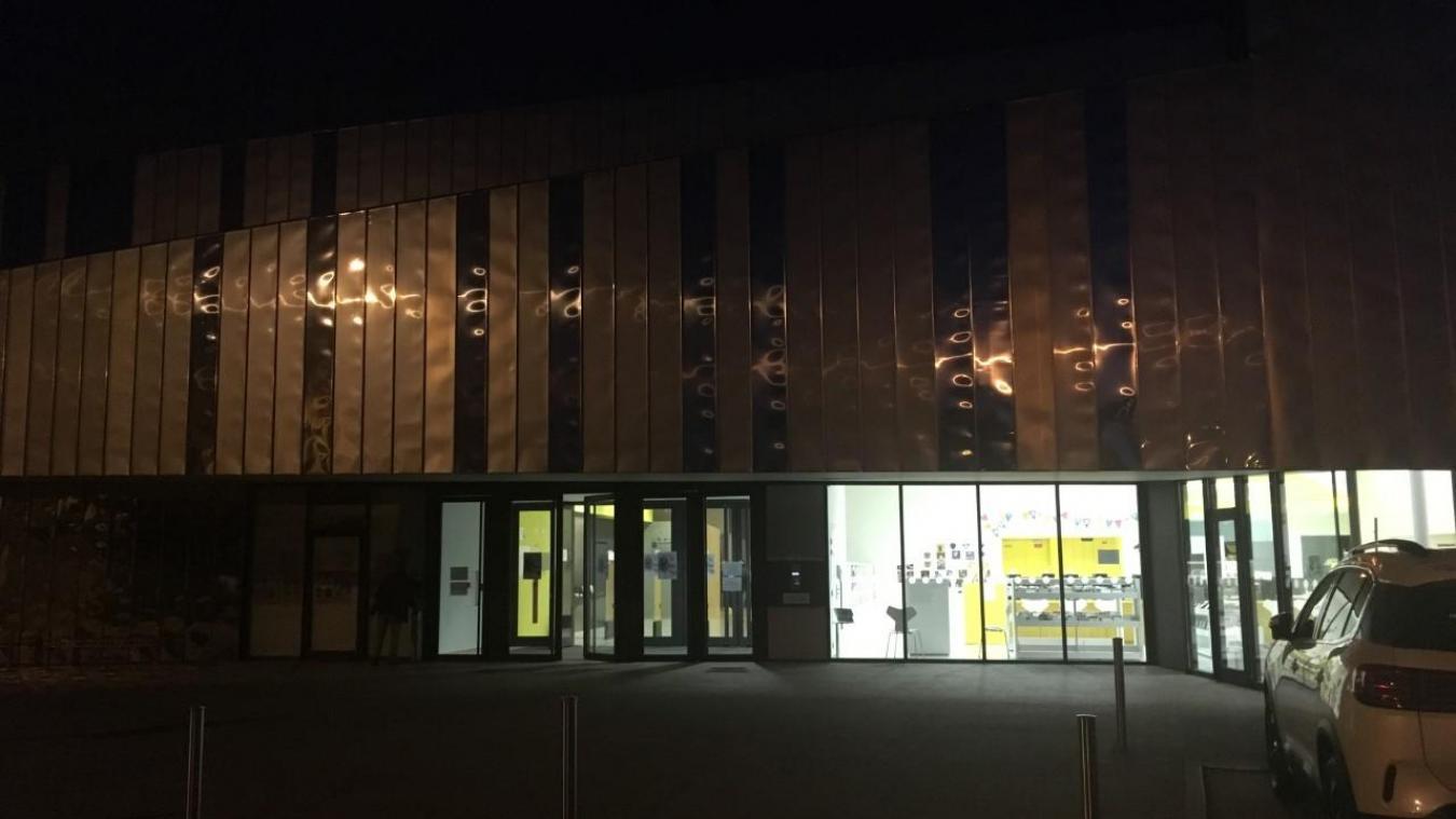 Les photos prises par le témoin n'étant pas de très bonne qualité, nous avons pris une photo à l'issue de la présentation du Grand prix d'Isbergues pour illustrer le bâtiment éclairé de l'intérieur le soir.