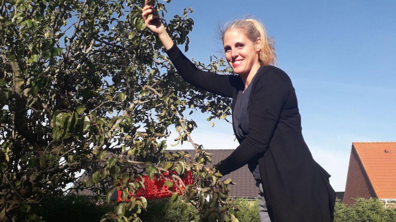 Angélique invite chacun à venir chercher cerises, mirabelles, pommes ou poires, selon la saison.