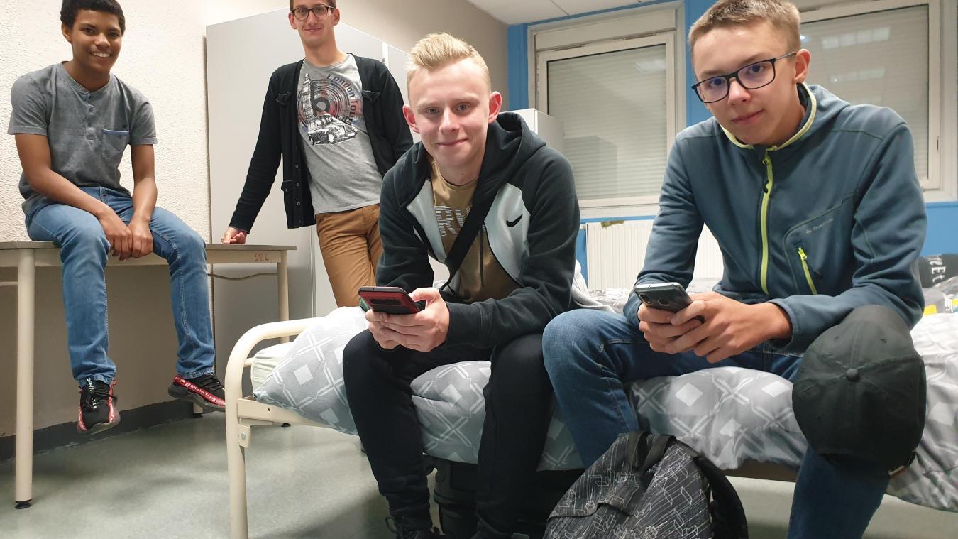Brandon, Jordan le surveillant, Florian et Antoine dans une des chambrées du bâtiment F.