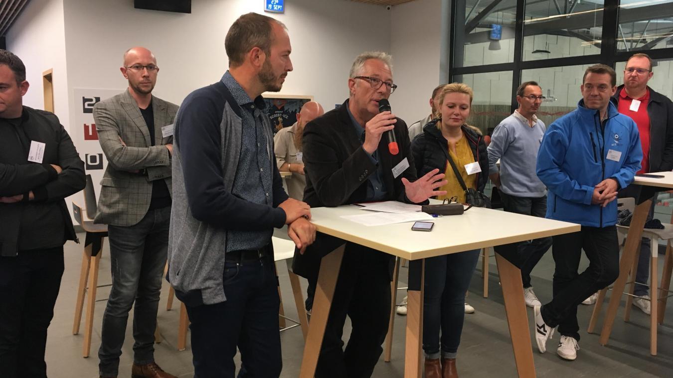Philippe Marez (micro à la main) présente quelques-uns des nouveaux adhérents.