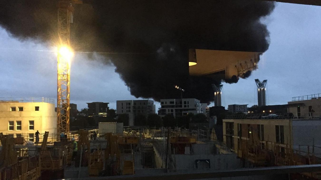 Un nuage de fumée de 22 kilomètres de long sur 6 kilomètres de large s'était élevé des flammes, puis s'était dispersé.