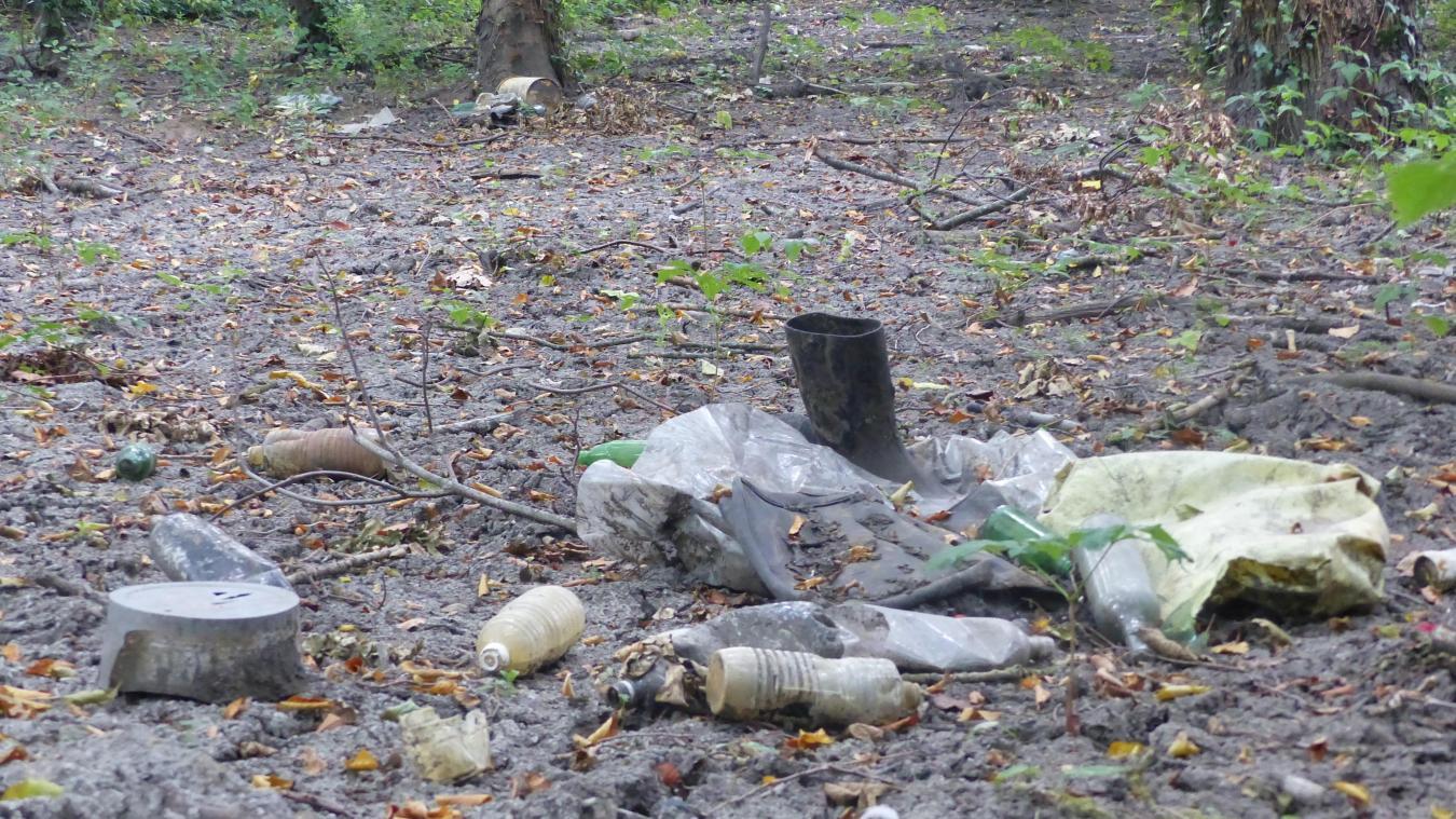 De nombreux déchets ont été déposés en même temps que les sédiments : bouteilles, canettes, bottes, pneus, bâches plastiques...