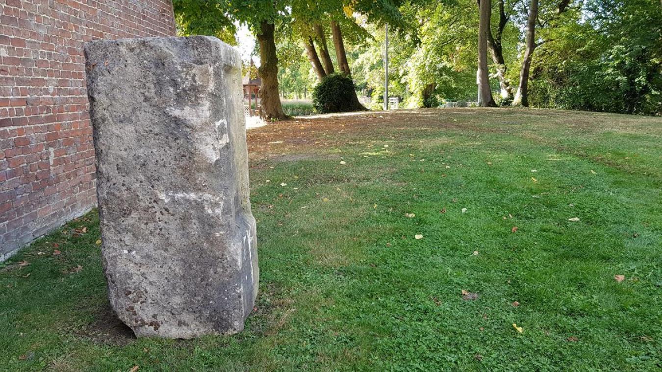 La stèle, aujourd'hui sauvée de l'oubli, est mise en valeur dans le jardin public de la commune.