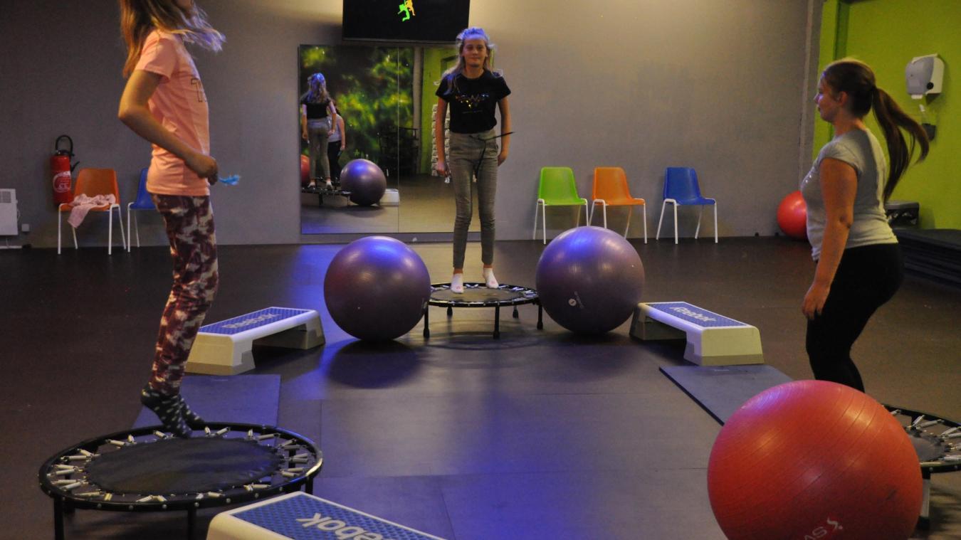 Avec des ballons, des mini trampolines, les jeunes abordent la sophrologie de façon ludique.