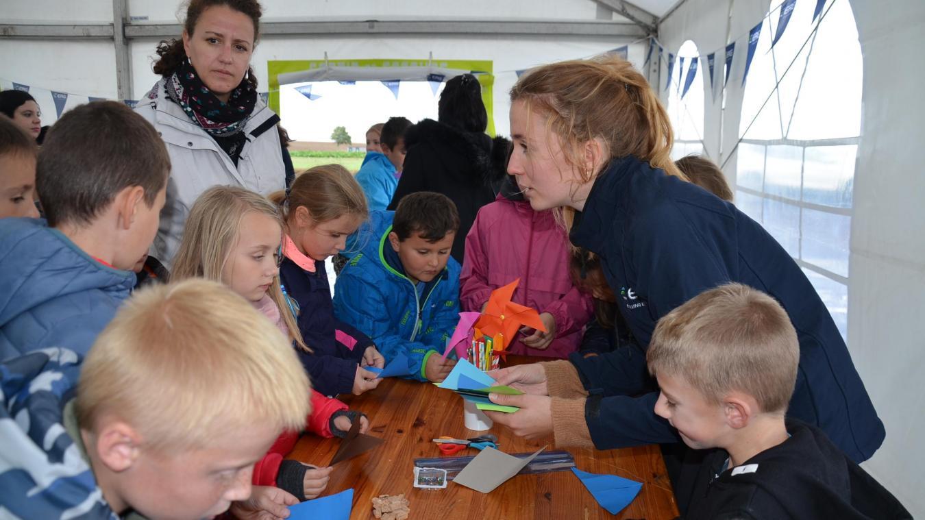 Les écoliers de Dohem et Saint-Martin-d'Hardinghem ont participé à des ateliers organisés en marge de l'inauguration des nouvelles éoliennes implantées sur les territoires des deux communes. Ici, fabrication de moulins à vent.