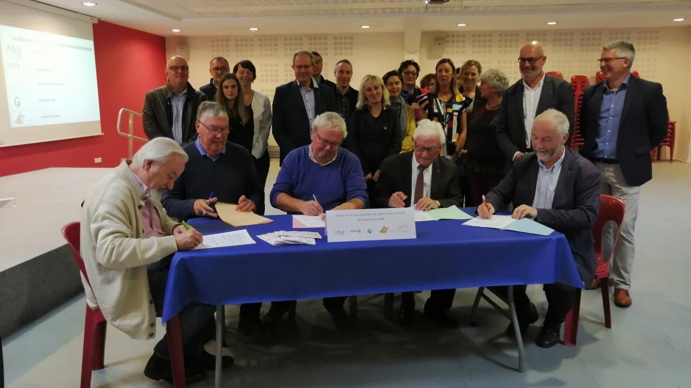 Une trentaine de personnes des cinq associations signataires et aussi de l'ARS ou de la MDPH étaient présentes pour la signature de création du pôle de compétences de Flandre intérieure et du Dunkerquois.
