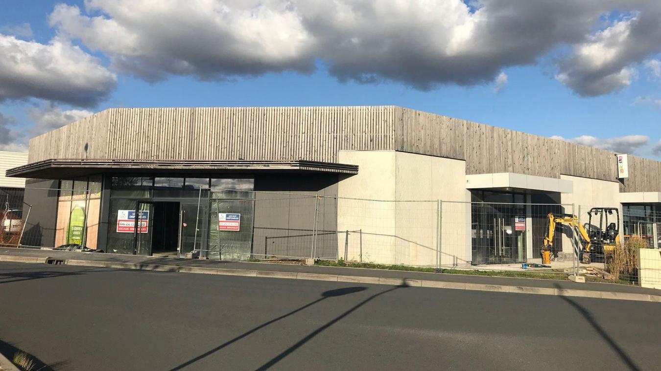 Les travaux d'aménagement de la cellule qui accueillera l'enseigne Au Bureau dans la zone de la Creule à Hazebruock ont démarré fin septembre.