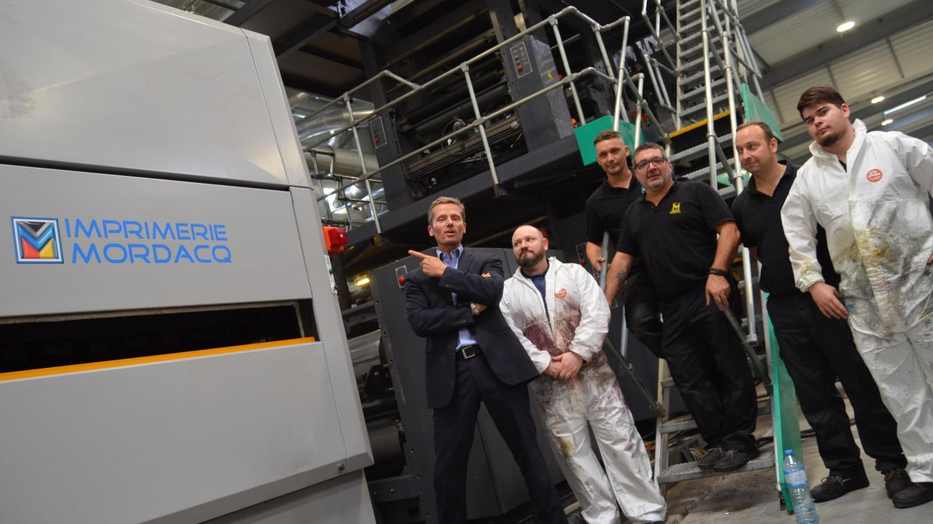 Arnaud Mordacq, PDG de l'imprimerie Mordacq (à gauche) au milieu de salariés occupés autour d'une des deux nouvelles rotatives arrivées cet été.