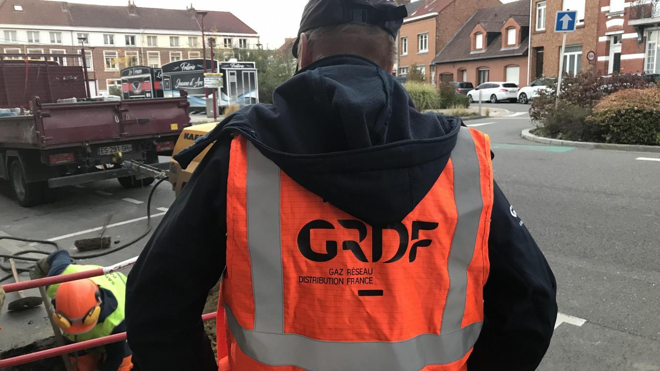 Les agents GrDF ont assuré la mise en sécurité du réseau dans le quartier de la place Jeanne-d'Arc à Hazebrouck avant de réparer les dommages sur la conduite.