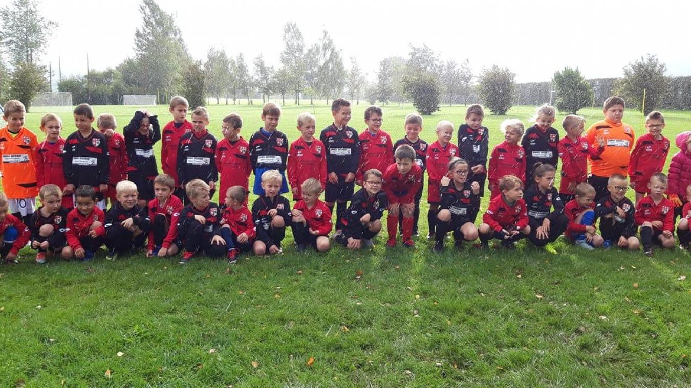 Les jeunes footballeurs, heureux de revêtir une nouvelle tenue.