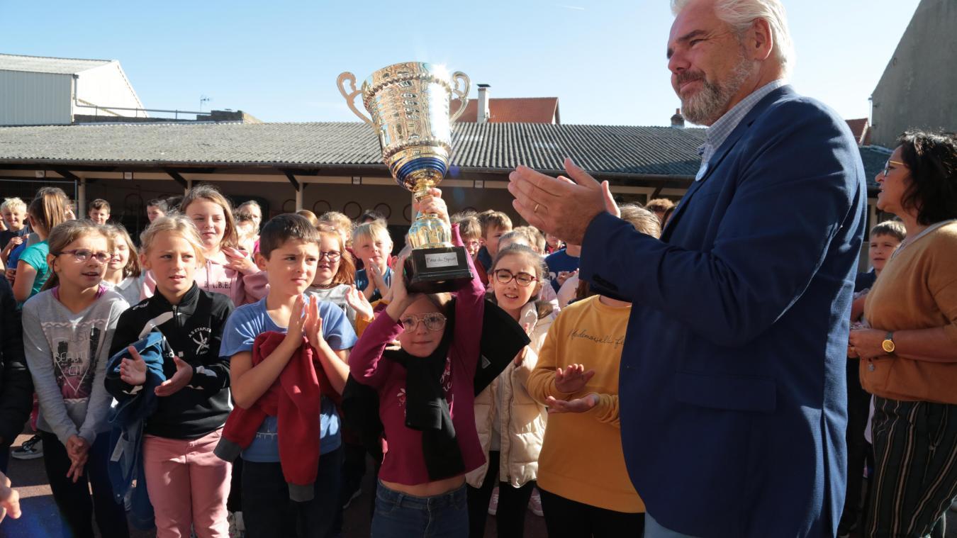 Cette année, le trophée de la fête des sports a été attribué aux élèves de CE2 de l'école Jean-Macé.