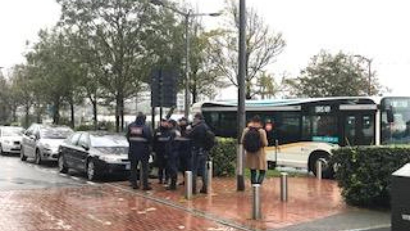 Des agents de la ville ont embarqué une trentaine de personnes évacuées, pour une journée à la salle de la Faïencerie.