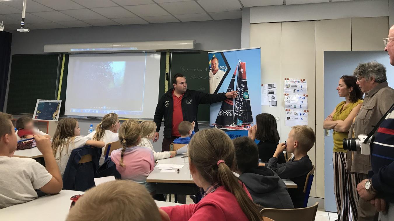 Nils Boyer expliquait aux élèves qu'il a retapé son monocoque avec l'aide de ses amis et de son sponsor Le Choix Funéraire.