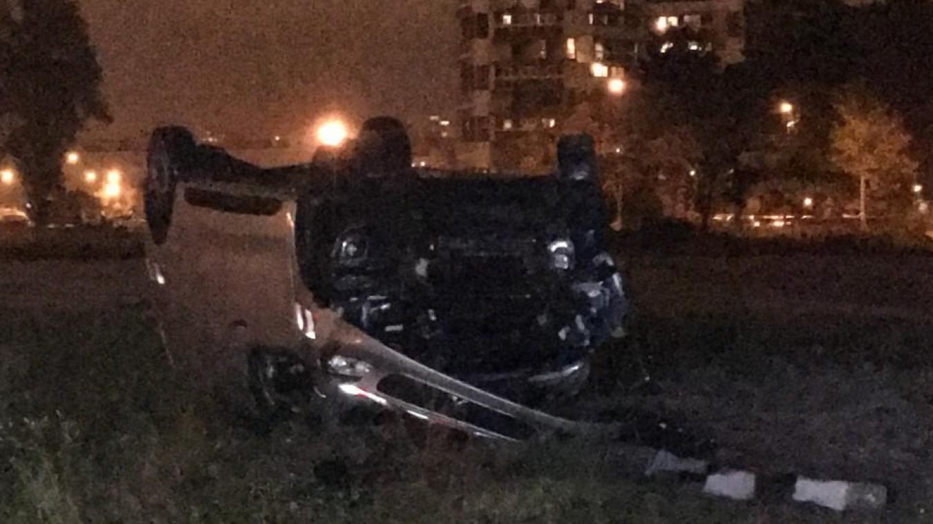 La voiture a fait une chute de plus de six mètres, le conducteur à son bord. L'homme est sorti par ses propres moyens du véhicule.