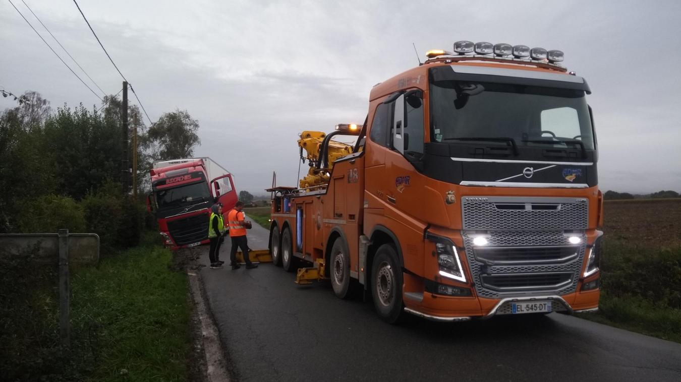 Un camion dans un fossé bloque la circulation entre Aire-sur-la-Lys et Hazebrouck